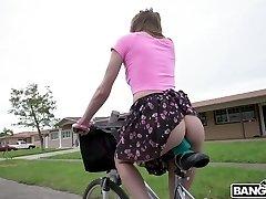 sex-hungry teen alex blake ist reiten ihr dildo fahrrad sex spaß mit einem bbc