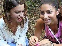 νεαρά κορίτσια για να πάρει γυμνή στην φύση
