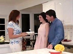 FamilyStrokes - Follando Mi Papá Mientras Mamá Cocineros