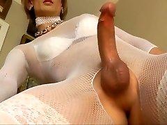 crossdresser bree mostra-nos o seu sexy guarda-roupa e acaricia