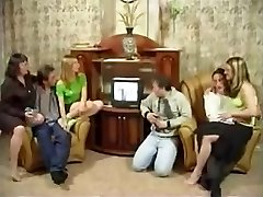 Russische Familie, die eine Orgie