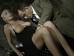 Italian babe does rump-to-mouth in this antique clip