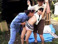 Petite asiatico all'aperto di leccare in threeway