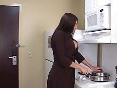 Curvy brunette MILF prende un cazzo nero e il viso nella stanza di un motel