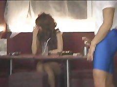Muskulös kille som blinkar mycket söt busty Japansk tjej i en bar