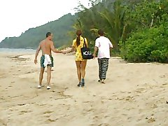 Cute Latina recebe uma DP na praia