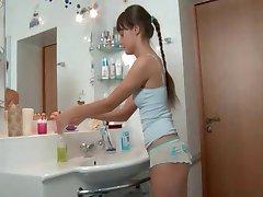 Cute slim vene tüdruk keppis vannituba