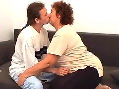 yaşlı anne vs horoz