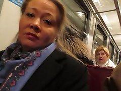 flicka blinkande fishnet stockings i ett tåg
