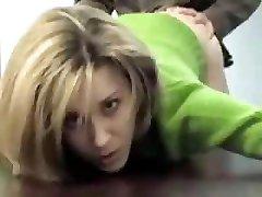 Dum sekretær kvinne er å bli knullet av hennes co-worker i office