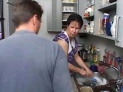 SEXY MÃE n108 morena alemão maduro na cozinha