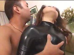 hot asiatiska flickan i gummi kroppen