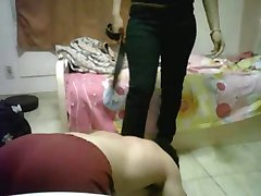Mees emane kummardab naine,'s jalad