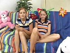 Kaksikud Teen Lapsehoidjad Teenida Boonus