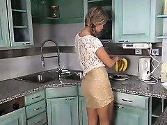 Auto preasuring com os brinquedos na cozinha
