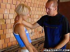 Väike tihane blondiin võtab suur kukk tema tagumik
