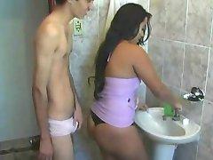 Latina fodida no banheiro antes de ir trabalhar