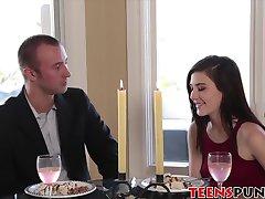 Jenna tem um sexo violento, depois de um almoço romântico com seu homem