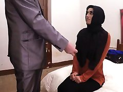 Slatka očajan Arapska djevojka dobiva joj usta i maca