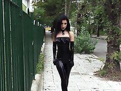 Ultra sexy goth dívka, která nosí černou rtěnku na veřejnosti