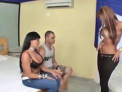 Busty latina Tgirls ja üks mees threesome