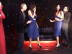 Britische Weibliche Zwillinge und Freund gefickt auf der Bühne
