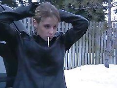 Fumatori Ragazza in Giacca di Pelle e Guanti 2
