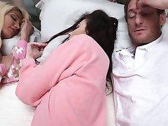 DaughterSwap - Filhas Fodido Durante SlumberParty
