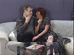 Madura morena chupa o marido's pau, em seguida, come estudante punk chick's buceta no sofá