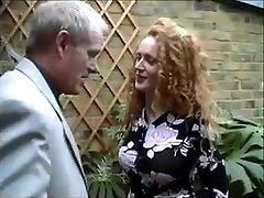 Inglese rossa Nicole viene sorpreso a fumare un joint