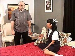 Morena escola menina brinca com sua buceta para seu mestre.