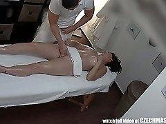 Busty MILF Ottiene Scopata durante il Massaggio