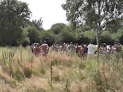 Crowd of geile Schwänze Ficken eine Deutsche Hure im Freien