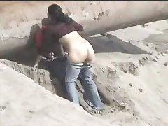 Pareja latina atrapados en la playa
