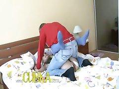 Sexy baby-sitter baise sur le lit