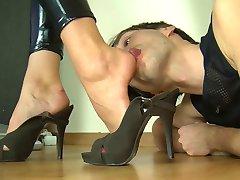polska slyna i glänsande spandex catsuit foten licking