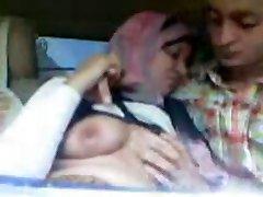 Araabia Hijab Tüdruk imeda Suur Rind ja suudles Auto
