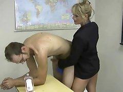 blonda mini-jupe masturbe