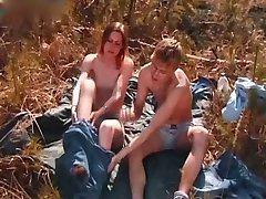Junges paar Liebe machen im freien in den Wäldern