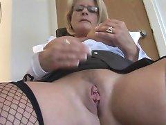 Prsatá zralá blondýnka sekretářka v punčochách a těsné sukně