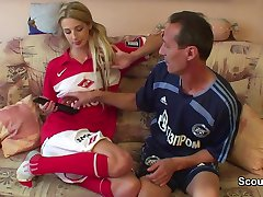 Německý starý fotbalový učitel šuká mladá dospívající dívka