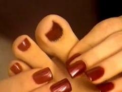 Dívka lízat prsty na nohou a ukázat, úžasné sole