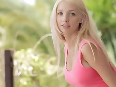 J15 Mladá blondýnka Nancy, ukazuje to všechny