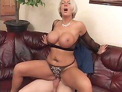 Une femme mature lui offre sa belle poitrine