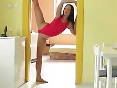 velmi flexibilní a sexy dívka fucks dildo