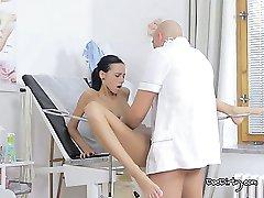 Ta zdravnik ve, kako skrbeti za svoje seksi bolnika