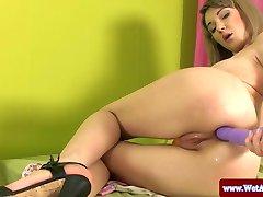 Nadýchané broskev babe s dildo v ji prdel
