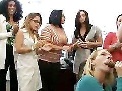 Plesalci, ki prikazuje ženske mahati kurac