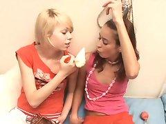 Natasha Shy a přítelkyně hrát si s bradavky čerpadlo