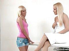 Sexy blondýnka lesby dostane její tělo třel a olízl během masáže